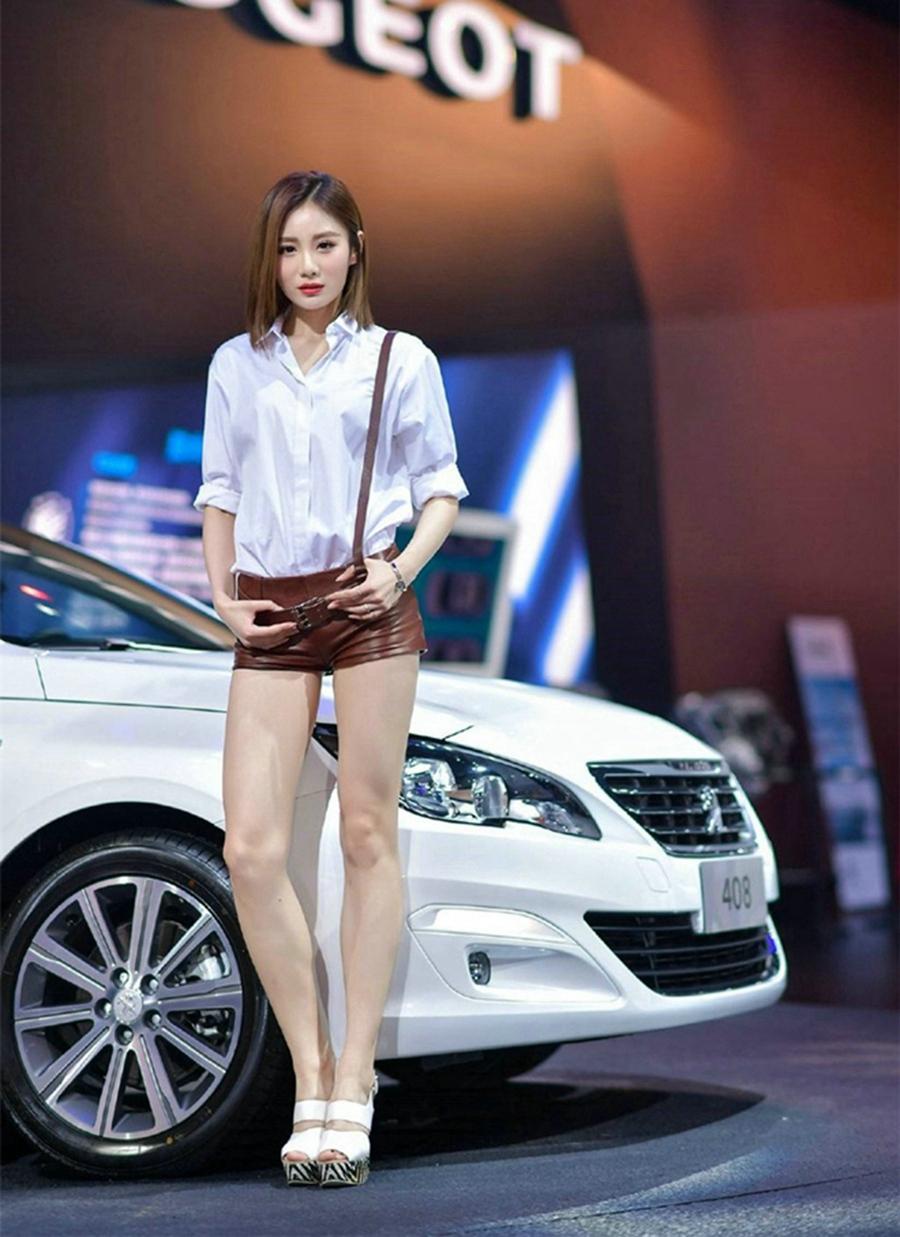 优雅车模美女白衣短发长腿撩人诱惑写真